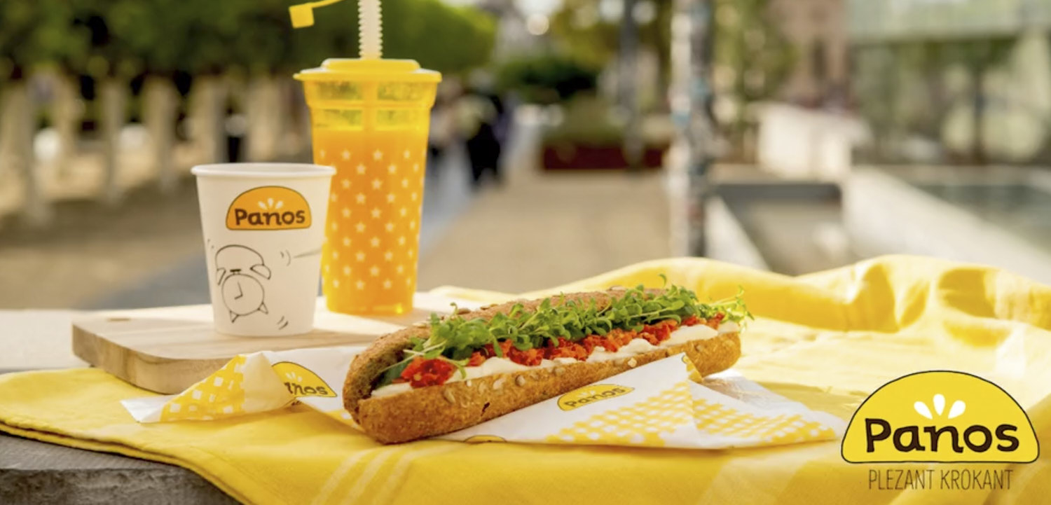 stop-motion frame with sandwich and drinks on a pic-nic blanket in a park in Brussels